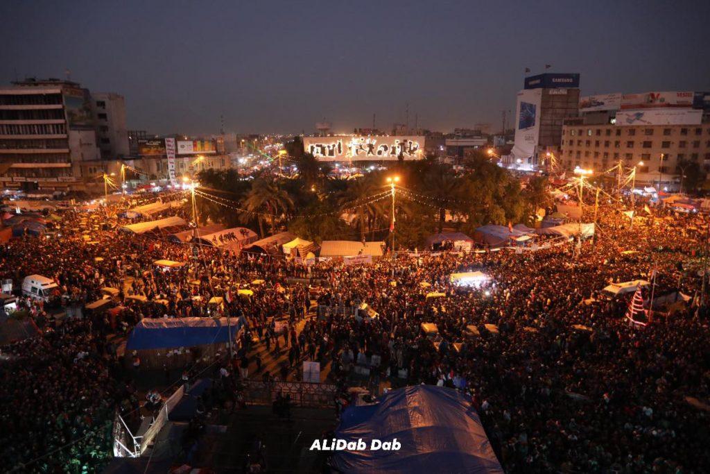 Der Tahrir Platz in Bagdad voller Menschen, Foto von Ali Dab Dab