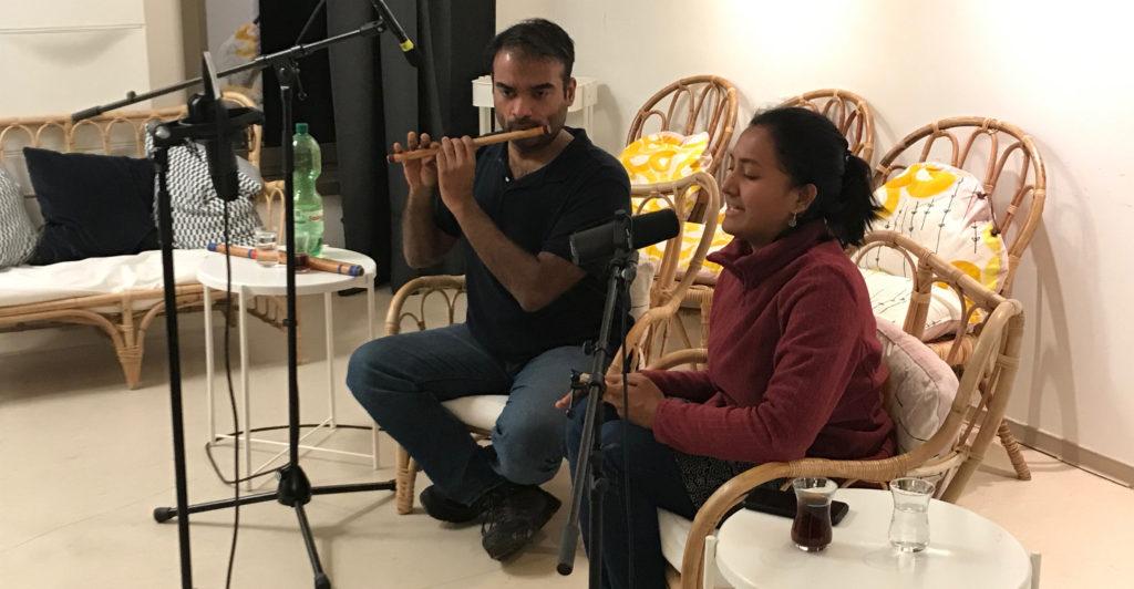 Aarti Swami Nathan und Vijay Kannan im mobilen Studio von Radio Connection im Café Freiraum Marzahn